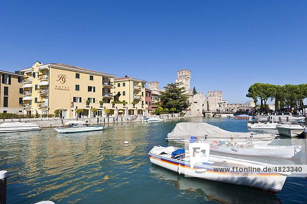 Das Hotel Sirmione am Hafen vor der Scaligerburg  Castello Scaligero  Ortschaft Sirmione  Gardasee  Lago di Garda  Lombardei  Italien  Europa