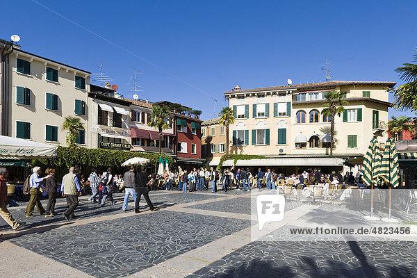 Touristen in einem Restaurant an der Promenade von Sirmione  Gardasee  Lago di Garda  Lombardei  Italien  Europa