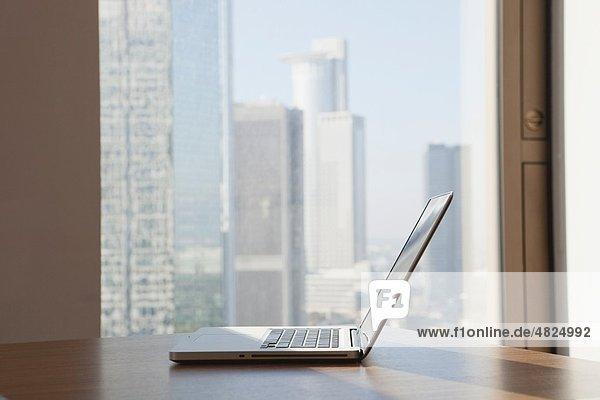 Deutschland  Frankfurt  Laptop auf Tisch im Büro
