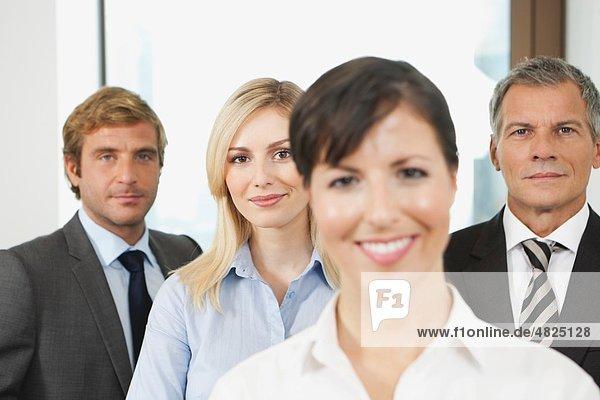 Deutschland  Frankfurt  Geschäftsleute im Büro  lächelnd  Portrait