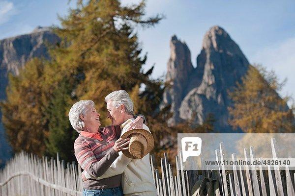 Italien  Südtirol  Reife Paare bei Dolomiten