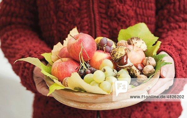 Italien  Südtirol  reifer Mann mit Obstkorb