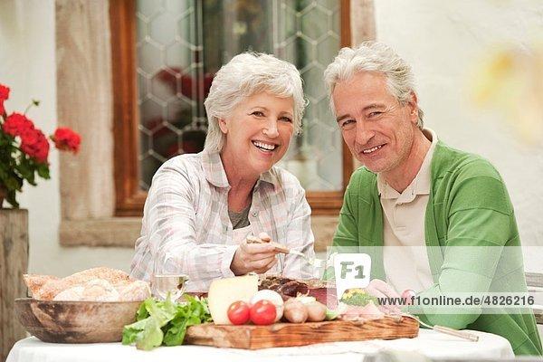 Italien  Südtirol  Reife Paare beim Snacken im Gästehaus