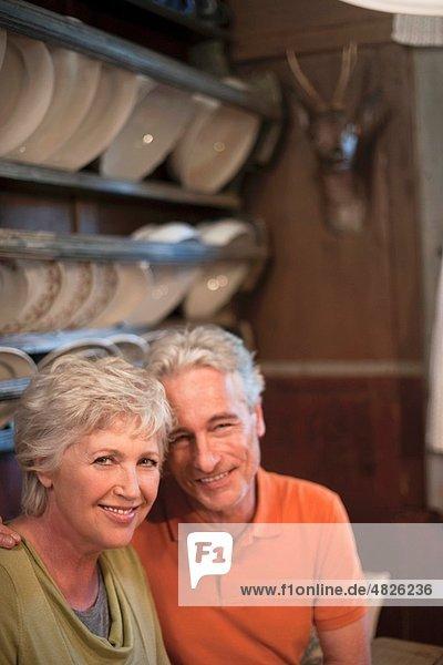 Italien  Südtirol  Ehepaar im Gästehaus  lächelnd  Portrait