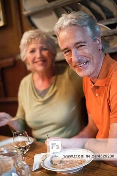 Italien  Südtirol  Reife Paare beim Snacken im Gästehaus  lächelnd  Portrait