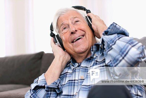Senior Mann mit Kopfhörer  lächelnd