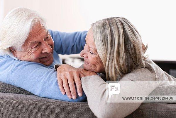 Deutschland  Wakendorf  Seniorenpaar schaut sich an  lächelnd