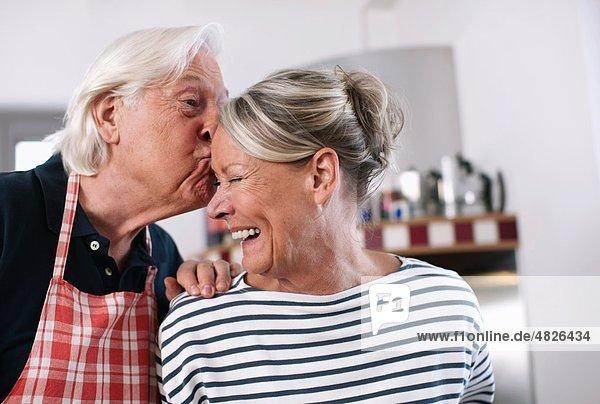 Senior Mann küssend Frau Stirn