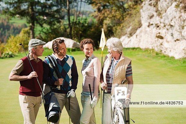 Italien  Kastelruth  Golfspieler auf dem Golfplatz  lächelnd
