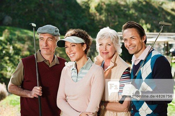 Italien  Kastelruth  Golfer schauen weg und lächeln auf dem Golfplatz