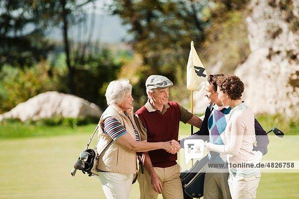 Italien  Kastelruth  Golfer im Gespräch auf dem Golfplatz