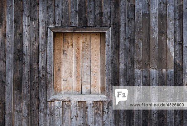 Österreich  Geschlossenes Fenster eines Holzhauses