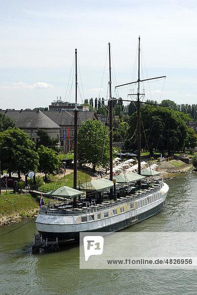 Segelschiff  Restaurant-Schiff am Rheinufer  Mainz-Kastel  Wiesbaden  Hessen  Deutschland  Europa Segelschiff, Restaurant-Schiff am Rheinufer, Mainz-Kastel, Wiesbaden, Hessen, Deutschland, Europa