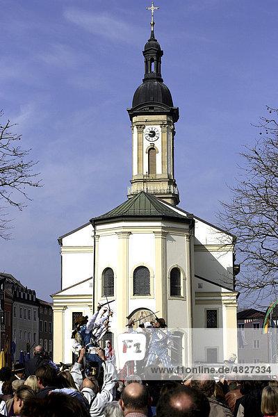 Schwerttanz bei der St. Georg Parade  Pferdeparade  vor der St. Oswald Pfarrkirche  Traunstein  Oberbayern  Deutschland  Europa