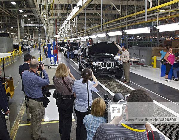 Fotografen machen Fotos von Arbeitern  die den neuen Jeep Grand Cherokee von Chrysler im Jefferson North Montagewerks montieren  Detroit  Michigan  USA