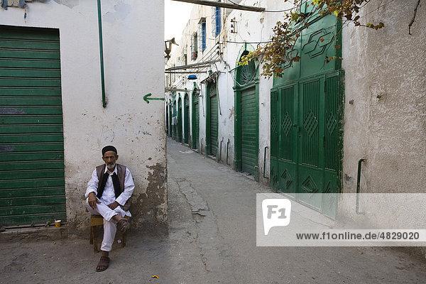 Alter Mann in Gasse der Medina  Altstadt  Tripolis  Libyen  Nordafrika  Afrika