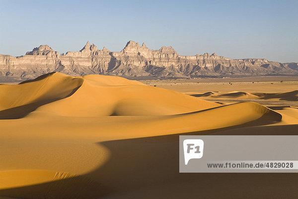 Sanddünen vor den Idinen Bergen in der libyschen Wüste  Libyen  Sahara  Nordafrika  Afrika