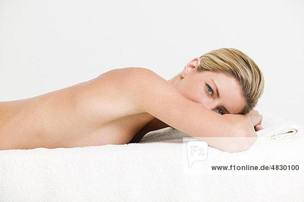 Junge Frau mit Körperbehandlung