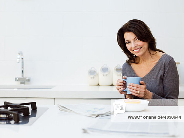 Reife Frau beim Frühstück