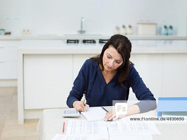 Reife Frau bei der Hausfinanzierung