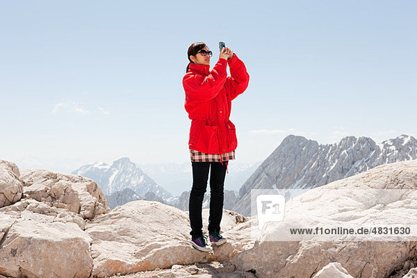 Frau auf der Zugspitze  Bayern  Deutschland