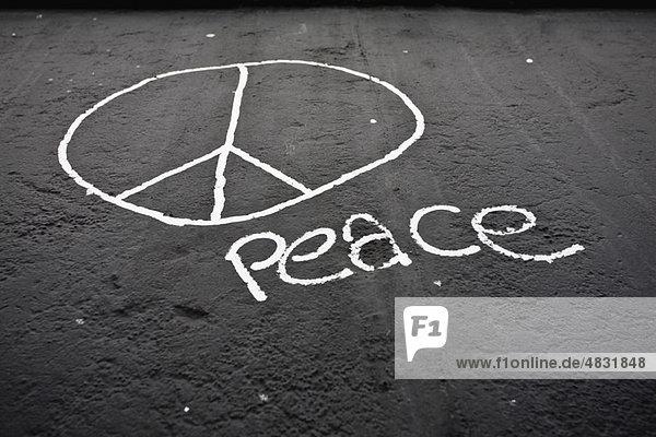 Friedenszeichen und das Wort Frieden auf der Berliner Mauer  Berlin  Deutschland . Friedenszeichen und das Wort Frieden auf der Berliner Mauer, Berlin, Deutschland .