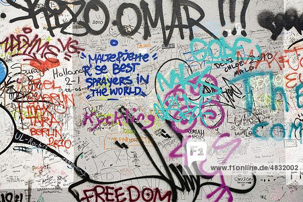 Graffiti auf einem Abschnitt der Berliner Mauer  Berlin  Deutschland Graffiti auf einem Abschnitt der Berliner Mauer, Berlin, Deutschland