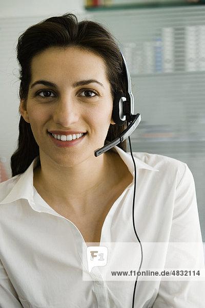 Geschäftsfrau mit Telefon-Headset  Portrait
