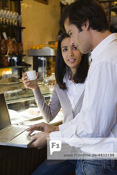 Paar mit Laptop im Cafe