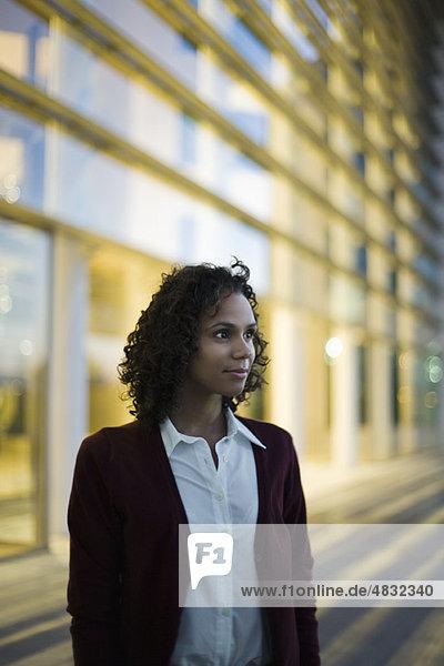 Geschäftsfrau schaut in Gedanken weg  Porträt