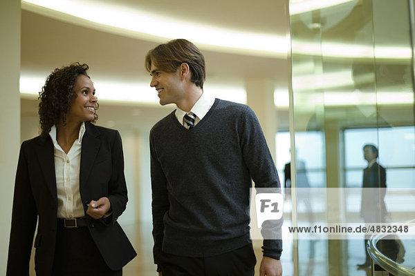 Führungskräfte im Gespräch  wenn sie gemeinsam im Flur gehen