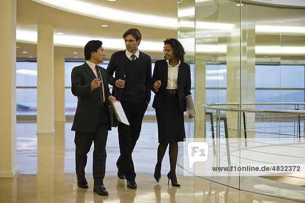 Geschäftsleute gehen und reden gemeinsam im Bauwesen.