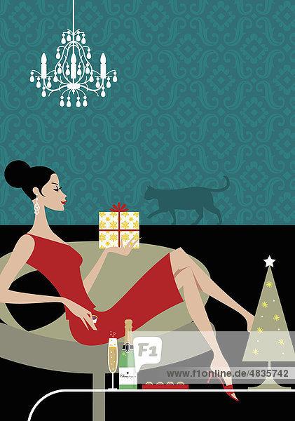 Frau in weihnachtlicher Stimmung trinkt Sekt