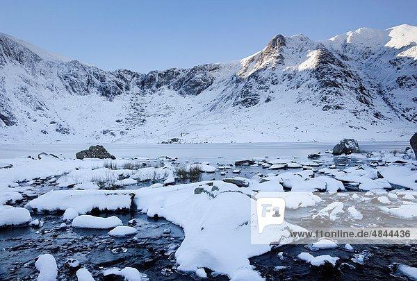 Europa  Berg  Winter  Großbritannien  Küche  See  Ansicht  Snowdonia Nationalpark  Teufel  gefroren  Gwynedd  North Wales