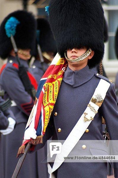 Europa  Großbritannien  London  Hauptstadt  Palast  Schloß  Schlösser  Zeremonie  wechseln  England  Wachmann