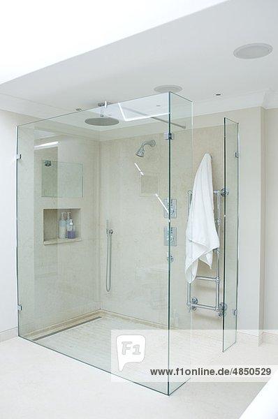 Dusche Glaswand Mit Bild : Modernes Badezimmer mit Dusche mit Glaswand – Lizenzfreies Bild