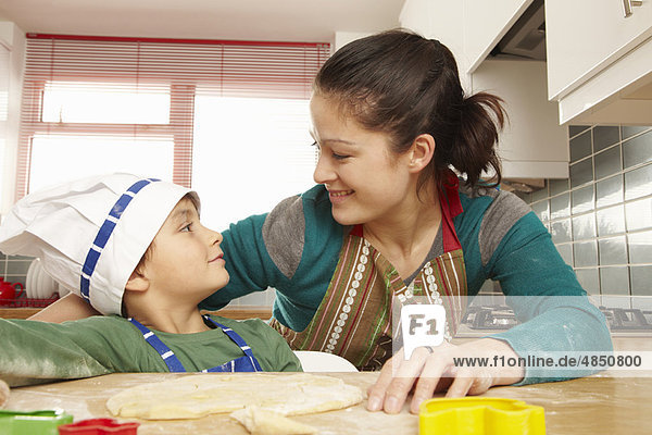 Mutter und Sohn haben Spaß in der Küche