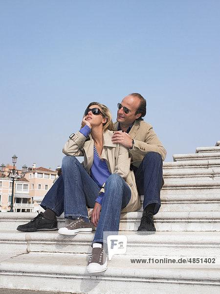Paar auf der Treppe beim Yachthafen