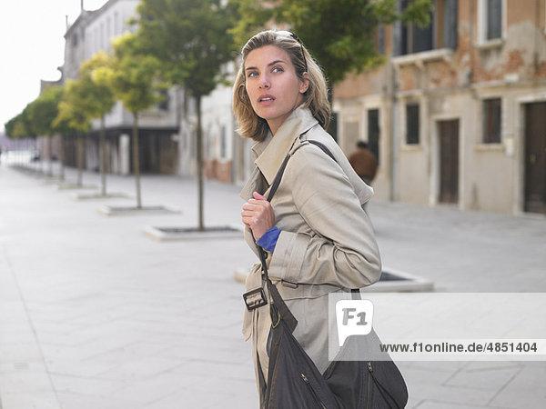 Frau  gehen  Straße