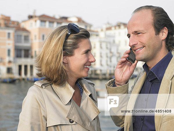 Paar am Telefon auf der Straße