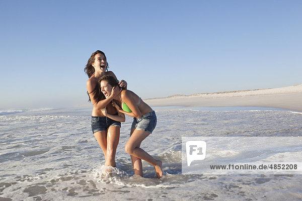 Zwei Mädchen am Strand