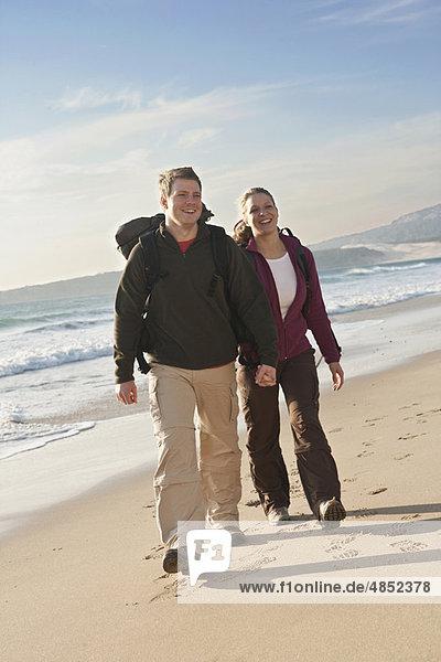 Strand  halten  jung  Backpacker