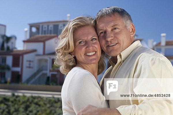Reife Paare durch Immobilienentwicklung