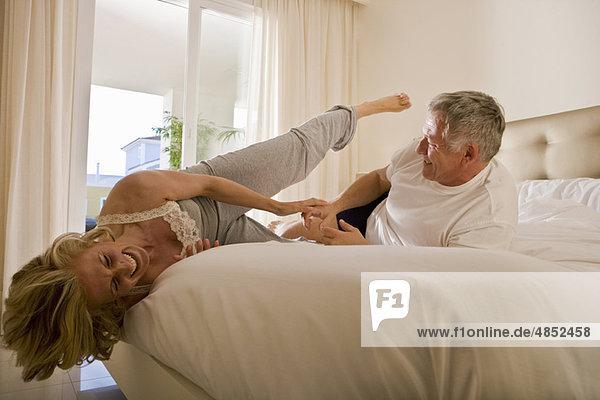 Reife Paarkämpfe auf dem Bett