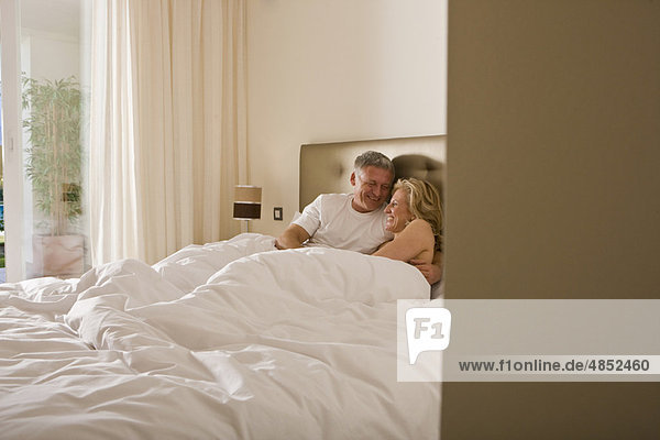 umarmen  Bett  reifer Erwachsene  reife Erwachsene  Freundlichkeit