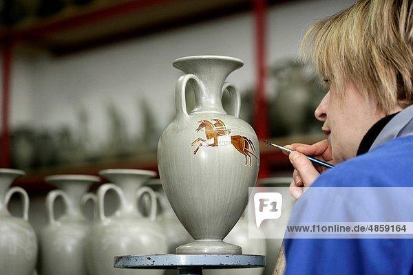 Frau  schmücken  Blumenvase