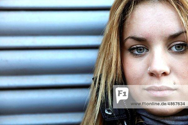 Portrait einer jungen Frau Blick in die Kamera Portrait einer jungen Frau Blick in die Kamera