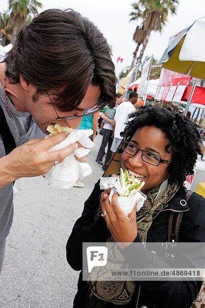 Frau  Mann  Lebensmittel  Strand  schwarz  Kunst  Festival  essen  essend  isst  Künstler  Florida  Miami  Miami Beach