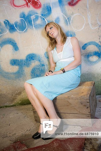 Frau  Wand  frontal  jung  Graffiti
