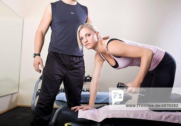 Frau  Hantel  Training  jung  Hilfe